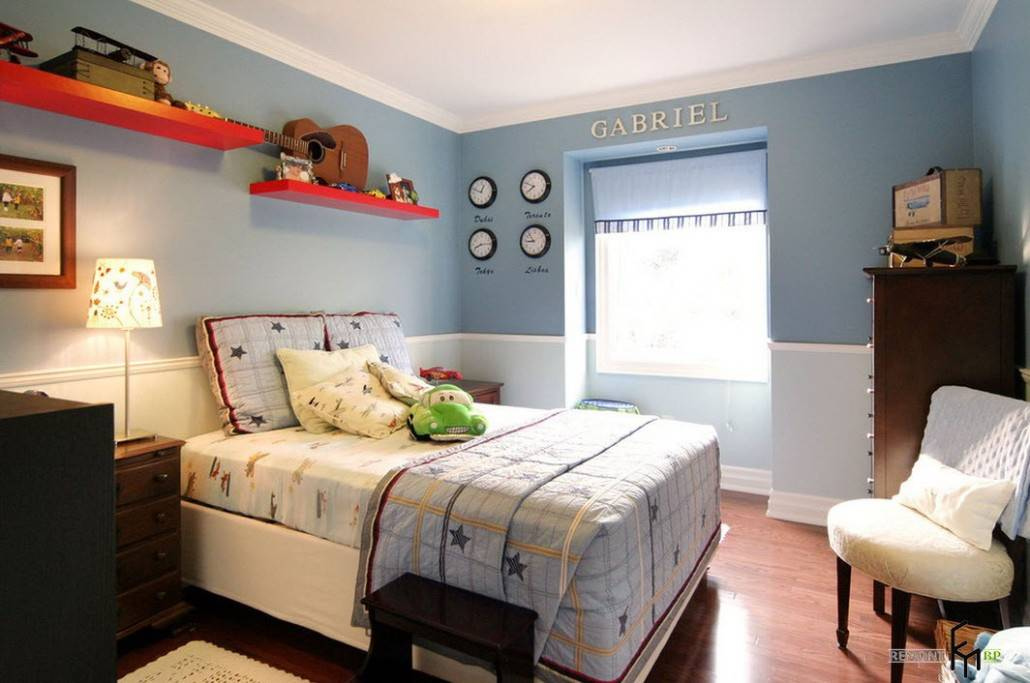 a-cool-blue-bedroom-with-the-contrast-red-wall-shelf-and-star-pattern-bedding-and-wooden-furniture-also-cute-wall-decors